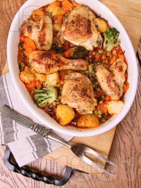 Печено задушено пиле с картофи, броколи, карфиол и грах на фурна с билки  - снимка на рецептата